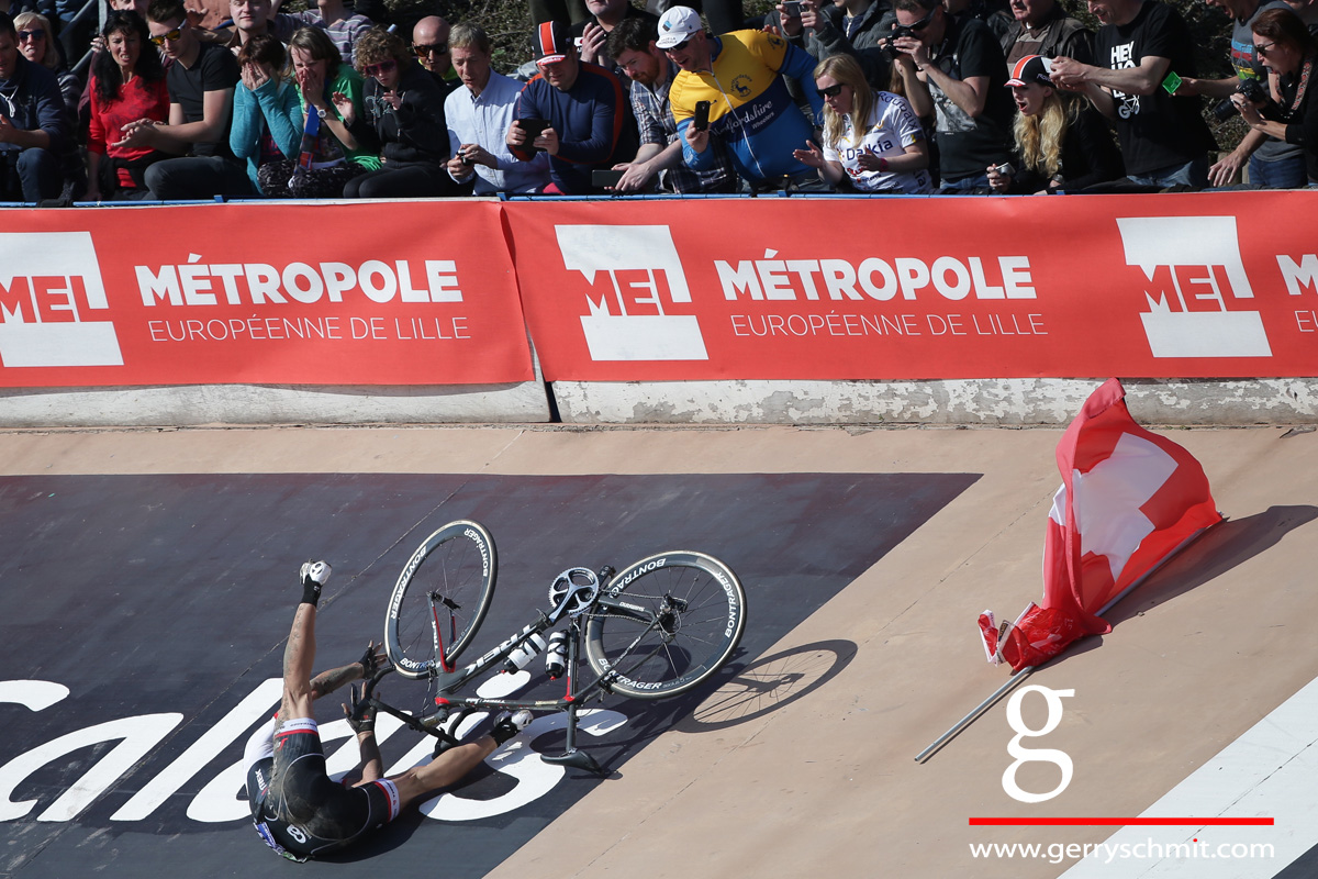 Fabian Cancellara falls whilst trying to ride a honor round with the Swiss flag @ Paris-Roubaix