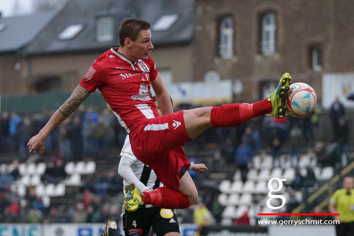 David Vandenbroeck (FC D03) tries to score against Jeunesse Esch